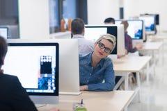 Jeune entreprise, femme travaillant sur l'ordinateur de bureau images libres de droits