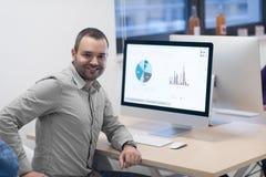 Jeune entreprise, programmateur de logiciel travaillant sur l'ordinateur images stock