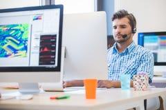 Jeune entreprise, programmateur de logiciel travaillant sur l'ordinateur de bureau image libre de droits