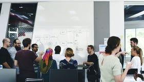 Jeune entreprise Team Brainstorming sur l'atelier de réunion photographie stock libre de droits