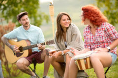 Jeune entretien d'amis et instruments de jouer Image stock