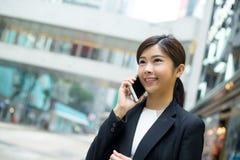 Jeune entretien de femme d'affaires au téléphone portable Images libres de droits