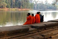 Jeune entretien de moines bouddhistes avec le nouvel ami Photos stock