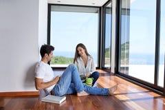 Jeune escalier décontracté de couples à la maison Photos stock