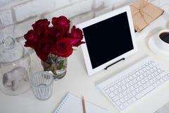 Jeune espace de travail de femme d'affaires Image stock