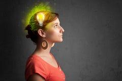 Jeune esprit pensant à l'énergie verte d'eco avec l'ampoule Images libres de droits