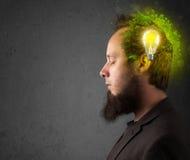 Jeune esprit pensant à l'énergie verte d'eco avec l'ampoule Image libre de droits