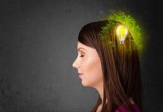 Jeune esprit pensant à l'énergie verte d'eco avec l'ampoule Image stock