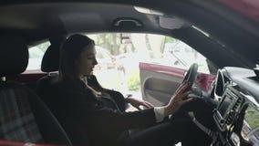 Jeune essai de femme d'affaires la voiture dans la carlingue banque de vidéos