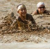 Jeune essayant de nager la boue Image libre de droits