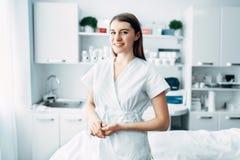 Jeune esthéticien féminin dans le coffret de cosmétologie photo libre de droits