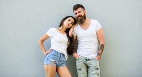 Jeune et élégant Équipement élégant de la jeunesse simple mais moderne Les amis de couples traînent ensemble Caresse blanche de c photo stock