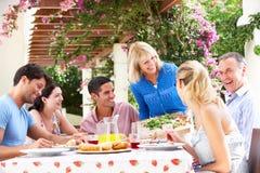 Jeune et aîné repas de famille de couples Images libres de droits