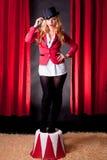 Jeune et attirant artiste féminin de cirque photo stock