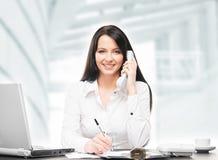 Jeune et attirante femme d'affaires travaillant dans le bureau Image stock