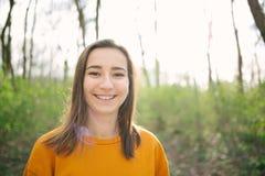 Jeune et attracive position de femme et rire dans les bois photos stock