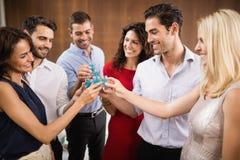 Jeune et beau groupe d'amis buvant des tirs Photographie stock libre de droits