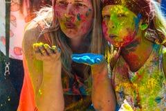 Jeune et beau, poudre de couleur de coups Photographie stock libre de droits