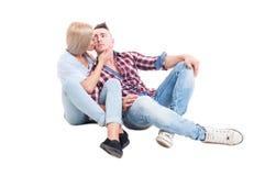 Jeune et beau se reposer de couples heureux sur le plancher blanc Photos libres de droits