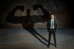 Jeune et bel homme d'affaires avec des puissances secrètes Motivation d'affaires et concept de succes photos stock