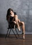Jeune et belle ballerine avec un corps parfait Photos stock