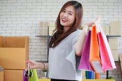 Jeune et belle femme asiatique tenant plusieurs des achats colorés photo libre de droits