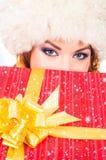 Jeune et belle femme avec un cadeau de Noël Image libre de droits