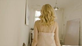Jeune et belle femme blonde posant près de la fenêtre action Lumi?re du jour de la fen?tre Pièce sexy de blonde au soleil photo stock