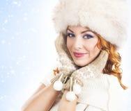 Jeune et belle femme dans la robe traditionnelle d'hiver Photographie stock libre de droits