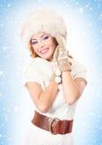 Jeune et belle femme dans la robe traditionnelle d'hiver Images stock