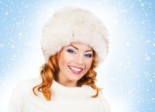 Jeune et belle femme dans un chapeau traditionnel d'hiver Image stock