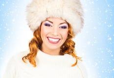 Jeune et belle femme dans un chapeau traditionnel d'hiver Photographie stock libre de droits