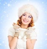 Jeune et belle femme dans un chapeau traditionnel d'hiver Images libres de droits