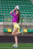 Jeune et belle femme de forme physique posant sur le terrain de jeu photographie stock libre de droits