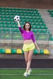 Jeune et belle femme de forme physique posant sur le terrain de jeu photo stock