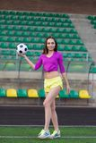 Jeune et belle femme de forme physique posant sur le terrain de jeu photographie stock