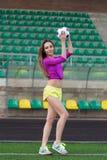 Jeune et belle femme de forme physique posant sur le terrain de jeu photos libres de droits