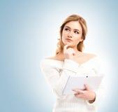 Jeune et belle fille d'adolescent tenant un comprimé Photographie stock libre de droits