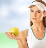 Jeune et convenable joueur de tennis féminin avec une pomme Photo stock