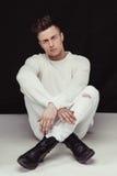 Jeune et convenable modèle masculin beau posant dans des vêtements blancs Image libre de droits