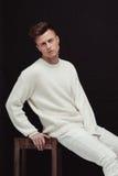 Jeune et convenable modèle masculin beau posant dans des vêtements blancs Images libres de droits
