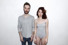 Jeune et insouciant Beaux couples par le mur gris Photographie stock libre de droits