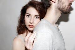 Jeune et insouciant Beaux couples par le mur gris Image stock