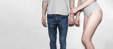 Jeune et insouciant Beaux couples par le mur gris Photographie stock