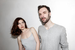 Jeune et insouciant Beaux couples par le mur gris Photo stock