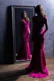 Jeune et magnifique actrice dans une longue robe images libres de droits