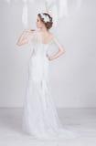 Jeune et rêveuse belle jeune mariée élégante dans une robe de mariage luxueuse de dentelle Image libre de droits