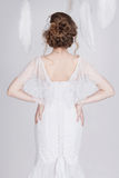 Jeune et rêveuse jeune mariée dans une robe de mariage luxueuse de dentelle Images stock