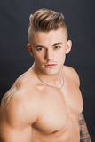 Jeune et sain modèle de mâle d'ajustement Verticale de plan rapproché Photographie stock libre de droits