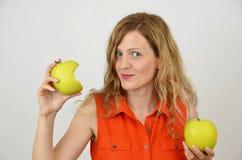 Jeune et sensuelle fille avec la pomme verte d'isolement sur le blanc Photos libres de droits